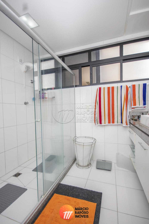EDIFÍCIO LUXOR   cobertura duplex de 258m² para venda.  possui: Térreo: - sala para 4 ambientes (com varanda); - 02 suítes; - lavabo; - cozinha; - roupeiro; - área de serviço; - DCE. Pavimento superior:  - 01 suíte master com closet; - varanda conjugada com espaço gourmet; - sala de TV; - gabinete; - cozinha gourmet conjugada com a piscina e churrasqueira; - 03 vagas de garagem (capacidade para 4 carros de porte pequeno); - área de lazer com vista para o mar.  No edifício: - área de lazer completa com piscina; - playground; - salão de festas.   > Para sua segurança o imóvel encontra-se em condomínio fechado, com portaria, interfone e segurança 24 horas.  * Entre em contato conosco via celular ou WhatsApp, e agende uma visita com um de nossos corretores de plantão.
