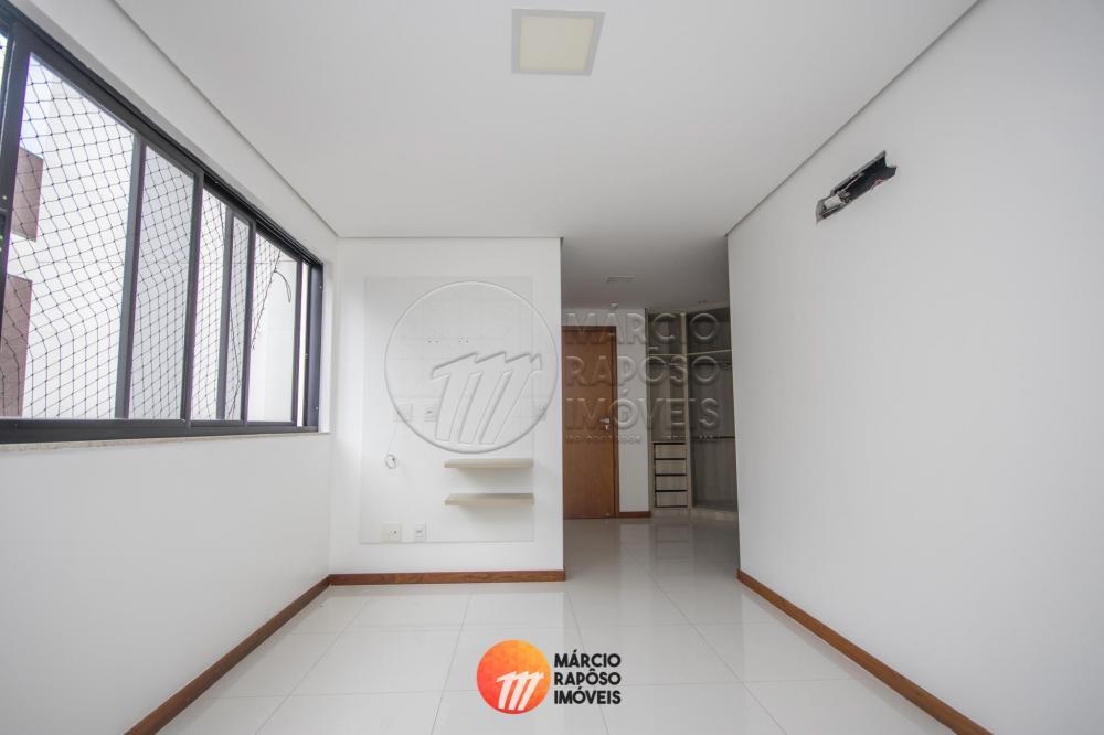 Sala de estar/jantar, varanda, circulação, 03 suítes (sendo 01 reversível), cozinha/serviço, quarto e wc de serviço, 03 vagas de garagem.