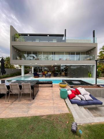 CONDOMÍNIO LAGUNA Casa belíssima as margens da lagoa Manguaba com 120 m².  Possui: - 4 suítes, sendo 1 Suíte Master; - Piscina privada; - DCE Completa; - Elevador; - Piscina; - Home Theater;  - Piso todo em Mármore.